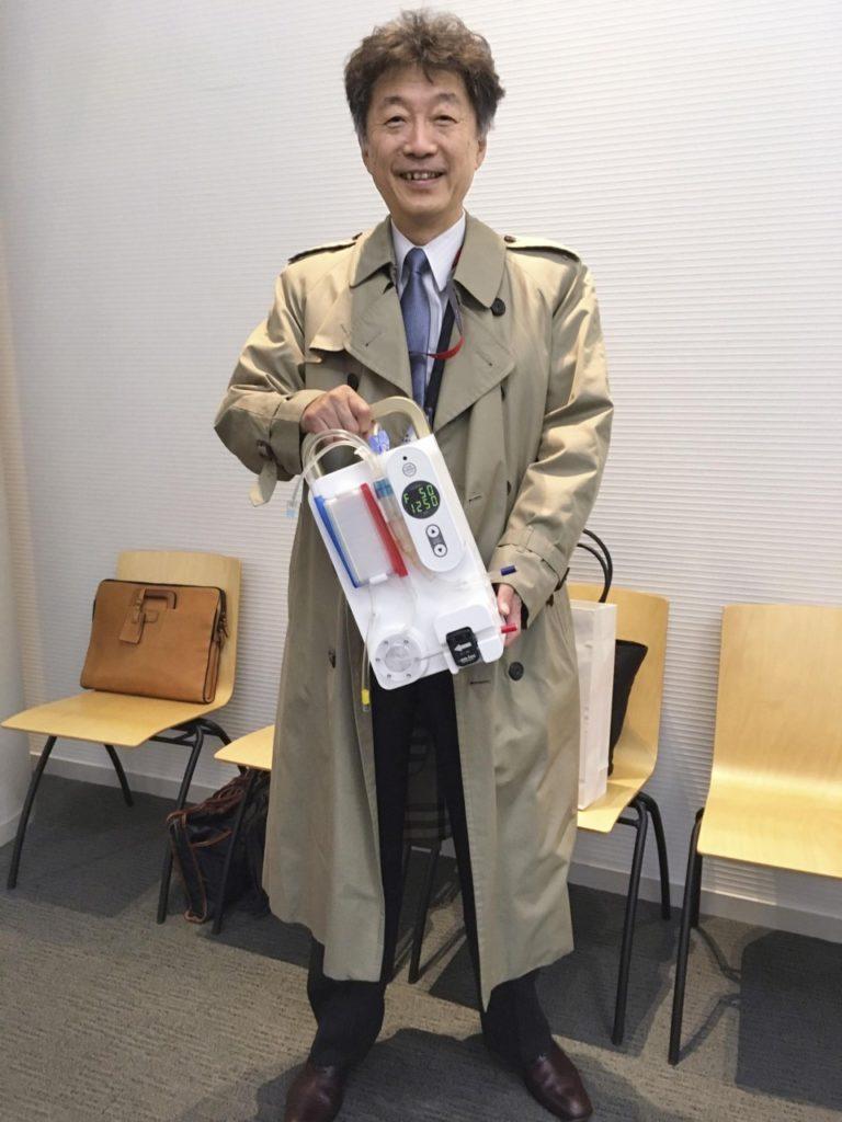 Il dottor Kenichi Matsuda con il prototipo di mini dialisi