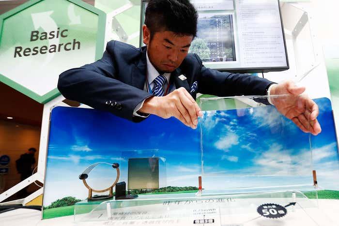 Hironobu Minowa (nella foto), che ha dimostrato la batteria trasparente Forum NTT di Tokio questa settimana