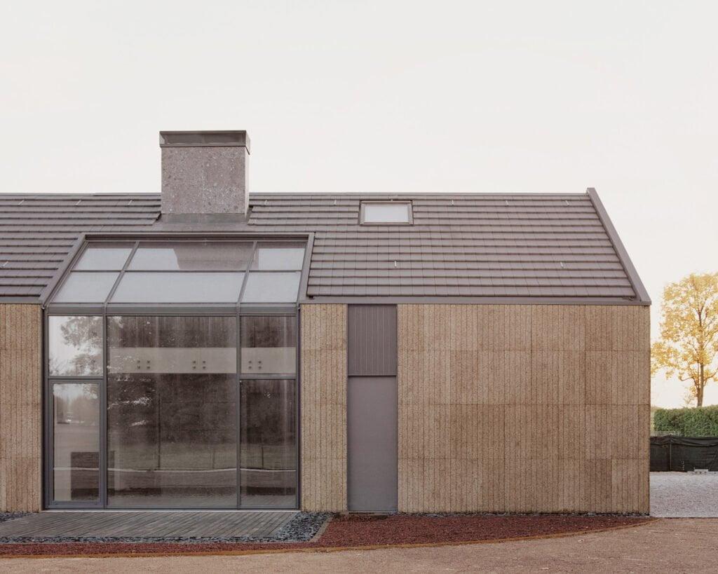 casa di legno, paglia e sughero