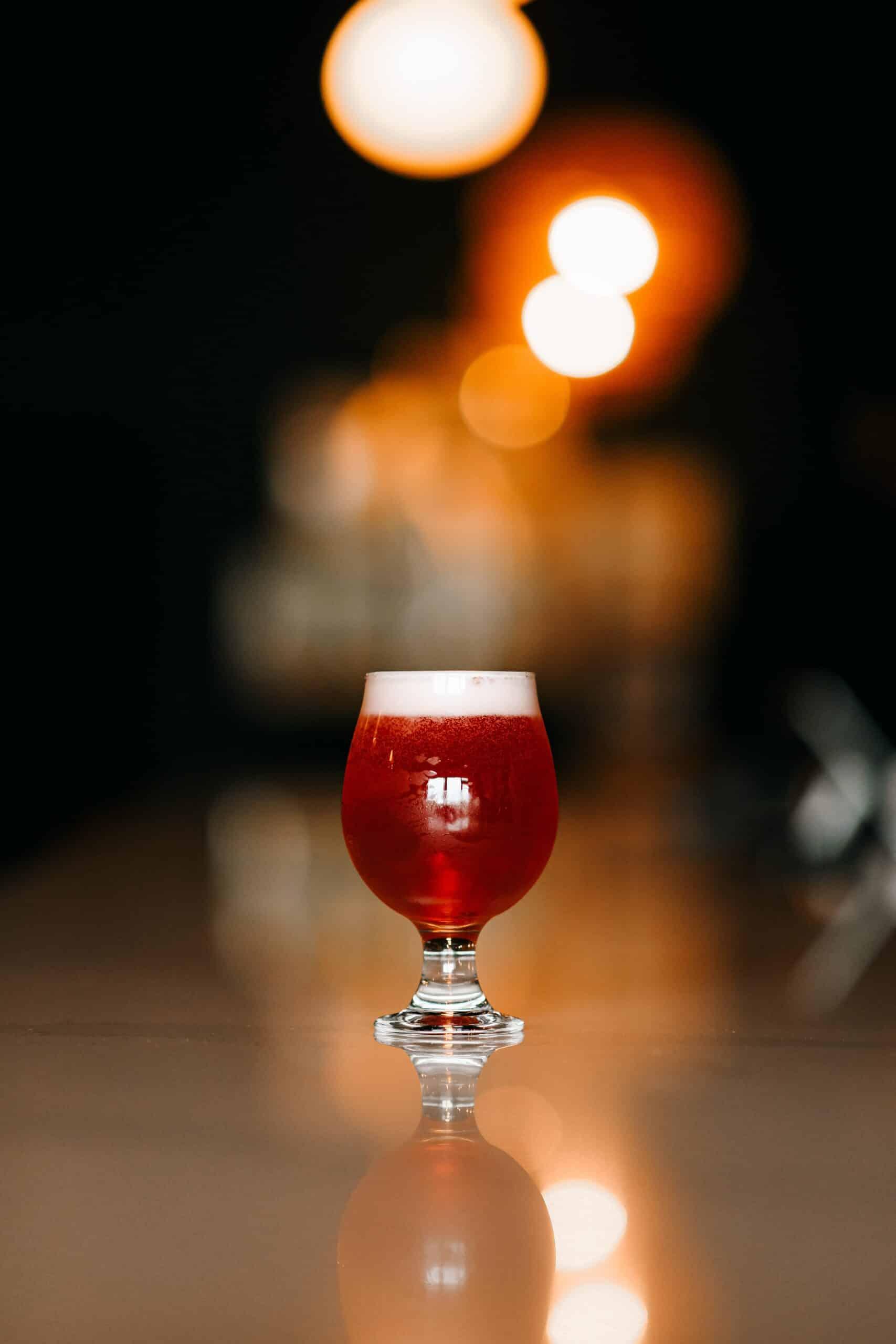 verre à vin clair avec liquide rouge