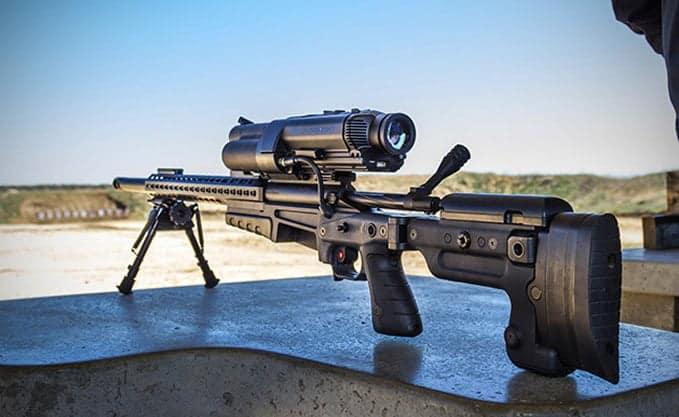 Un fucile equipaggiato con il sistema di guida laser Exacto